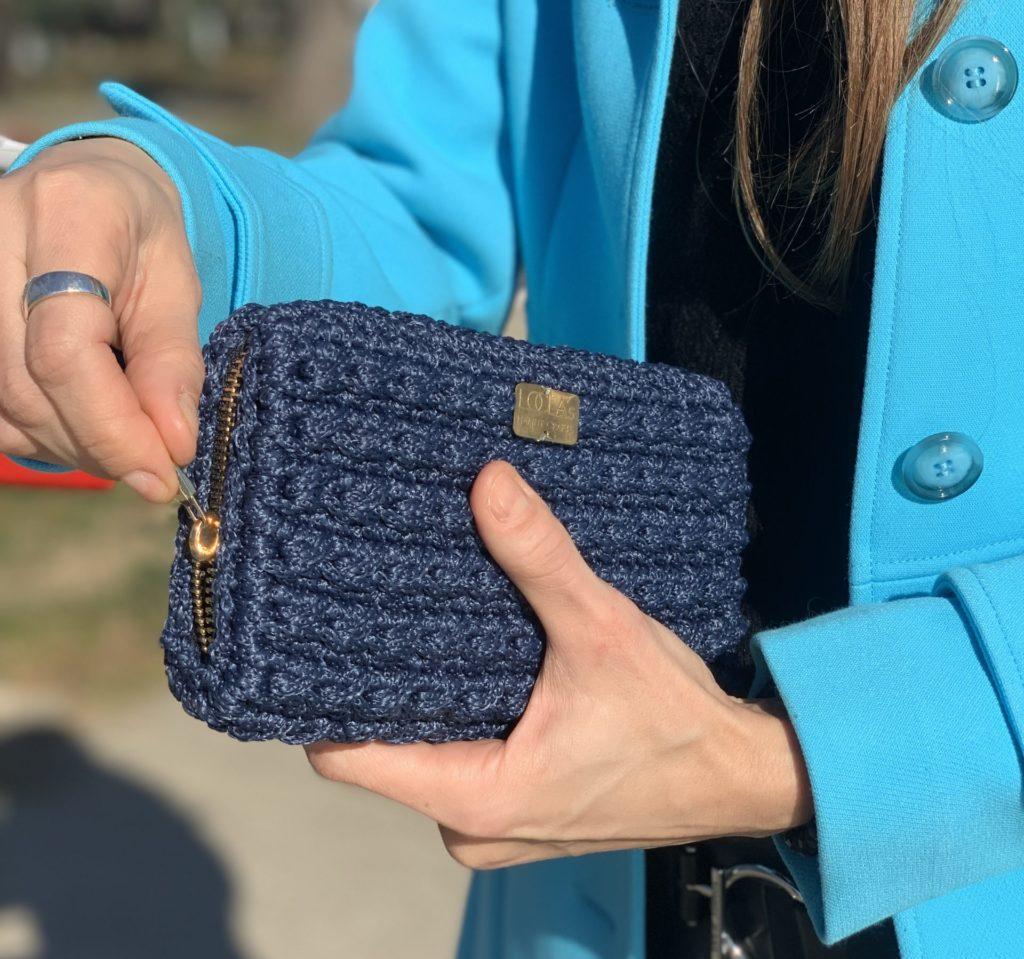 Žena i ručno rađeni novčanik